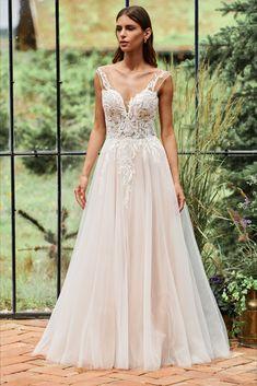 Wir führen Kleider für eine eleganten Auftritt bei der klassischen Hochzeit, Traumhafte Kleider für die Romantikerin oder extravagante Kleider für die Trendsetterin. Lace Wedding, Wedding Dresses, Lady, Passion, Magic, Veils, Wedding Dress Lace, Dress Wedding, Nice Asses