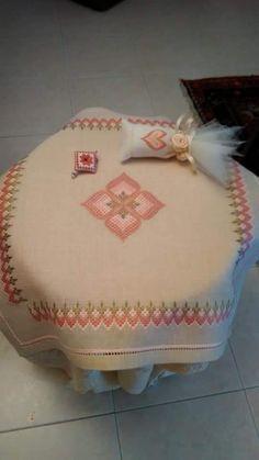 Bargello Needlepoint, Needlepoint Patterns, Cross Stitch Patterns, Straight Stitch, Ribbon Embroidery, Flower Crafts, Crochet Stitches, Needlework, Diy And Crafts