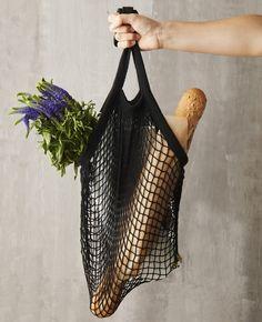 Draag je vers gekochte fruit of fitness handdoek in deze vintage Point-Virgule nettas Parijse. De tas is van 100% polyester en heeft een hippe kleur. Het nettasje heeft een lengte van 33 cm (excl. handvatten) en is 45 cm breed. Inclusief de lange handvatten is de Point-Virgule Parijse nettas 63 cm lang. Door het handige formaat is hij makkelijk op te bergen in je rugzak. Een Point Virgule Parijse nettas is 100% BPA- en ftalaatvrij dus voedselveilig. De tas kan gewoon in de wasmachine. Kids Toy Store, Net Bag, Cotton String, String Bag, Sissi, Market Bag, Go Shopping, Bag Making, Parisian