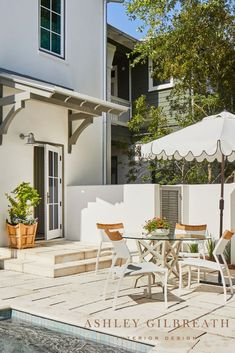 ASHLEY GILBREATH INTERIOR DESIGN: Poolside dining at its best, relaxed woven chairs and a glass table are shaded by a scalloped white umbrella with black trim. A limestone tile patio provides the perfect backdrop for this chic outdoor space. Beautiful Beach Houses, Beautiful Beaches, Beautiful Homes, Outdoor Rugs, Outdoor Decor, Outdoor Dining, Rosemary Beach, Bunk Rooms, Small Dining