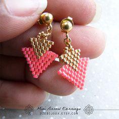 Boucles d'oreilles mini Arrow en perles tissées rose par OzeBijoux