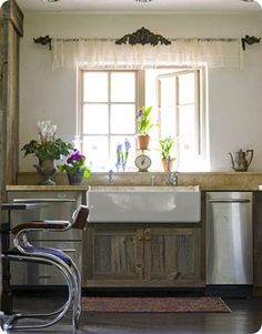 Kitchen Window Treatment Ideas & Inspiration {blinds, shades, valances, curtains, drapery and more} - bystephanielynn Rustic Kitchen, New Kitchen, Kitchen Decor, Kitchen Ideas, Kitchen Plants, Rustic Farmhouse, French Kitchen, Farmhouse Table, Kitchen Inspiration