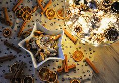 Winterkaiserschmarrn Rezept für 2 Personen  3 Eier 150g Mehl 120ml Milch 60g brauner Zucker 1 Prise Salz 2 EL Butter 1/2 TL Zimt 1 Prise Lebkuchengewürz Abrieb 1 Orange 100g Mandelblättchen  1 Päckchen Vanillezucker Puderzucker
