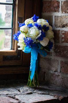 Een uiterst smaakvol blauw/wit bruidsboeket.