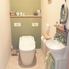 1LDKで、家族の、バス/トイレ/アクセントクロス/グリーン/トイレ/すのこリメイク/トイレットペーパーホルダーリメイクについてのインテリア実例。 「17さん、今回ムスカ...」 (2017-08-19 15:39:40に共有されました) Toilet Room, Toilet Design, Other Rooms, House Painting, Bathroom, Interior, Home Decor, Toilet Ideas, Rest Room