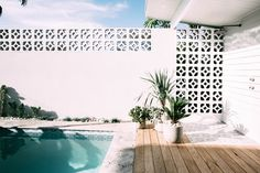 Having a pool sounds awesome especially if you are working with the best backyard pool landscaping ideas there is. How you design a proper backyard with a pool matters. Palm Springs Häuser, Palm Springs Style, Backyard Pool Designs, Pool Landscaping, Pool Backyard, Pool Decks, Breeze Block Wall, Outdoor Pool, Outdoor Decor