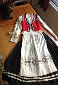 The World of Oleanna: Bunad: the folk dress of Norway European Dress, The White Stripes, Folk Fashion, Embroidered Tunic, Folk Costume, Scandinavian Style, Traditional Dresses, Costumes For Women, Clothing Patterns