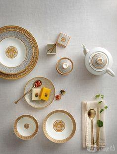 동그란 접시를 캔버스 삼아 장인의 세밀한 세공 기술과 독창적 패턴을 담아내는 에르메스 테이블웨어. 세대를 걸쳐 사용하는 실용적 예술품으로서, 우리네 식탁에서도 빛을 발한다.