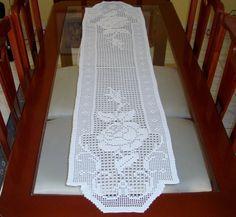 Caminho de mesa em crochê filé confeccionado com linha Cléa cor 8176 (pérola)