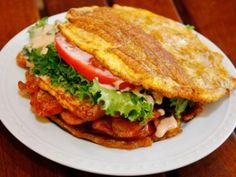I only eat this when I go to Maracaibo, in Venezuela, because they are the original and the BEST! Patacones Recipe, Jibarito Recipe, Plantain Recipes, Venezuelan Food, Colombian Food, Spanish Dishes, Good Food, Yummy Food, Comida Latina
