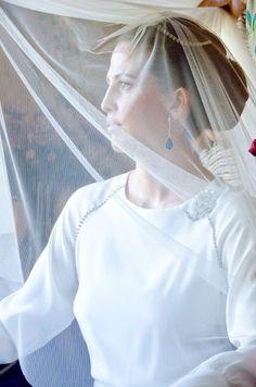 #Novia velada con pendientes largos de brillantes y zafiros. Carmen Maza