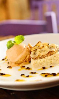 Bolinho aos Três Leites, com bananas brûlées, sorvete de doce de teite e calda de maracujá ; do Ruella Bistrô (www.ruella.com.br)