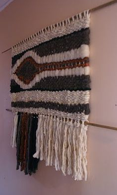 Telaresytapices......arte textil....: julio 2010 Tapestry Weaving, Loom Weaving, Modern Tapestries, Yarn Wall Hanging, Textiles, Weaving Projects, Tear, Weaving Patterns, String Art
