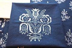 slovenska modrotlac – Vyhľadávanie Google Folk Embroidery, Keds, Printing On Fabric, Blue And White, Retro, My Love, Creative, Prints, Inspiration