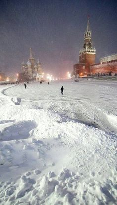Sometimes #Russia is pretty...Russian ;) look at this heavy snowfall covering Red Square in Moscow. Fortunately it's a rare luck ;)