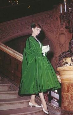 Audrey Hepburn poses dramatically on the Grand Staircase of Palais Garnier in Paris while filming Funny Face. Evening cloak and dress by Givenchy. Audrey Hepburn Outfit, Audrey Hepburn Givenchy, Audrey Hepburn Mode, Audrey Hepburn Photos, Audrey Hepburn Funny Face, Audrey Hepburn Fashion, Aubrey Hepburn, Look Retro, Look Vintage