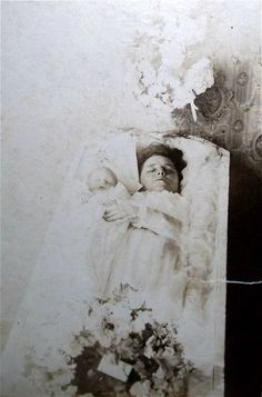 My grandmother passed away 4 days after giving birth. The baby passed with her. They were waked like this but due to laws at the time, he had to be hidden by her feet for burial. Antique Photos, Vintage Photographs, Old Pictures, Kid Photos, Post Mortem Pictures, Travelers Rest, Post Mortem Photography, Momento Mori, Cemetery Art