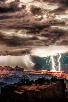 Thunderstorm over Grand Canyon photographer by Rolf Maeder All Nature, Science And Nature, Amazing Nature, Beautiful Sky, Beautiful World, Beautiful Places, Cool Pictures, Cool Photos, Wild Weather