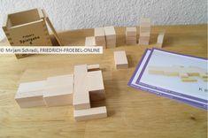 Bauen mit Bauvorlagen für Kinder: Hier wird gerade ein Krokodil gebaut mit den Fröbelbausteinen