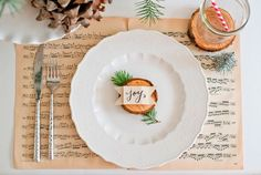 Natural Christmas Tablescape: Love the joy note Christmas Table Settings, Christmas Tablescapes, Christmas Table Decorations, Holiday Tables, Decoration Table, Tree Decorations, Christmas Lunch, Noel Christmas, White Christmas