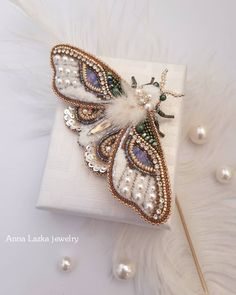 Bling sec - And I got a soft and cozy moth. It will perfectly complement your fa Handmade Beaded Jewelry, Brooches Handmade, Bead Embroidery Jewelry, Beaded Embroidery, Ideias Diy, Beaded Brooch, Bijoux Diy, Beads And Wire, Handmade Accessories