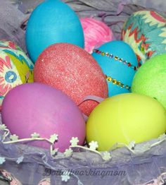 I'm ready for spring, and with this nice weather we're having, even more! Here are 6 easy and fun ways to decorate Easter eggs. My kids love to decorate Easter eggs, it's such a fun family activity.