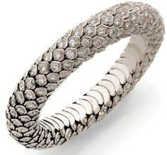 """RENÉ BOIVIN Bracelet Bracelet """"nid d'abeille"""" en or gris formé d'un jonc souple articulé d'alvéoles serties chacune d'un diamant taillé en brillant Poinçon du joaillier Pintou ayant travaillé pour René Boivin. Époque 1950"""