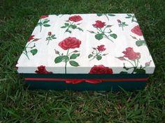 Caixa de mdf Decorada com decoupagem de rosas vermelhas e tinta acrílica Aplique de laço Chanel em cetim vermelha e laterais verde.  Excelente para organizar documentos e memórias. R$ 20,00