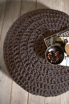 Bruine gehaakte poef van dikke pure wol, met leren onderkant www.molitli.nl