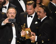 Pin for Later: Die 40 besten Fotos der Oscars  Sag Cheese! Leonardo DiCaprio und The Revenant Regisseur Alejandro González Iñárritu.