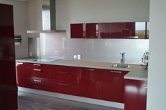 670rode keuken met witte glaswand.jpg 670×447 pixels