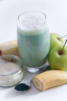 Passion Juice: pineapple, apple, banana, yoghurt, spirulina. Juice Smoothie, Smoothies, Spirulina Recipes, Juice Master, Chocolate Bunny, Healthy Juices, Juicing, Detox, Healthy Lifestyle