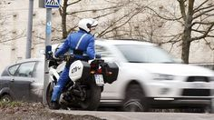 Moottoripyöräpoliisi mittaa tutkalla nopeuksia Helsingissä.