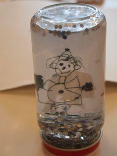 lief.....een schudbol met een leuke( gelamineerde) tekening in een potje met water én.....een klein beetje glycerine (bij  drogist te koop) om de glitters of snippertjes van een plastic bekertje meer dwarreleffect te geven