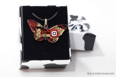 Pendentif Papillon Rouge Et Noir : Ce très beau pendentif vetrofusione en forme de papillon fabriqué à Murano renferme une feuille d'or 24 carats et des murines. #BijouxMurano - bijouxmurano.fr