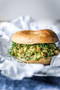 Yezz! Mit vildeste sommercrush er uden tvivl den her avocado/kikærte spread, salat, dip.. Jeg er endnu ikke kommet frem til hvad herligheden helt præcis skal betegnes som, men det er egentlig også fuldstændig ligemeget! Glem alt om navnet, den her sandwich dur. Selvom jegikke gør så meget i madpakker mere, efter endt uddannelse, så forestiller...Læs Mere Vegetarian Recipes Dinner, Veggie Recipes, Delicious Vegan Recipes, Yummy Food, Healthy Recipes, Veggie Dinner, Food Crush, Food Inspiration, Love Food