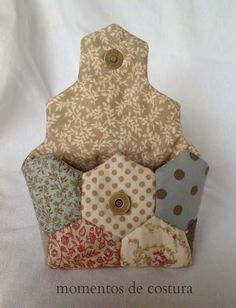 Momentos de Costura: Tutorial pequeño bolso hexágonos ~ something to do with all those little hexagons! Quilted Purse Patterns, Patchwork Bags, Quilted Bag, Quilt Patterns, Japanese Patchwork, Patchwork Hexagonal, Hexagon Quilt, Bag Quilt, Fabric Bags