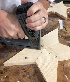 DIY Rustic Wood Star Lights (with Free Star Template) - The Navage Patch Wood Shop Projects, Diy Pallet Projects, Star Template, Star Lights, Wood Stars, Star Diy, Diy Holz, Scrap Material, Jingle All The Way