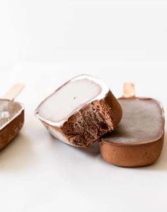 Healthy homemade fudge popsicles, made with 4 ingredients in a super simple recipe, are all it takes to put the ice cream truck to shame this summer! Gluten Free Sweets, Gluten Free Baking, Frozen Desserts, Frozen Treats, Fudgesicle Recipe, Delicious Desserts, Dessert Recipes, Dessert Food, Biscuits