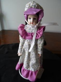 País de colección porcelana muñeca Bernadette con soporte de muñeca 920