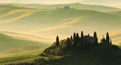 """Proprio qui, in questo paesaggio mozzafiato, nasce la qualità di Carus Vini. La zona del Chianti dove si estendono i vigneti fu definita con un Decreto Ministeriale del 1932 la """"zona di origine più antica"""", conferendole un attestato di primogenitura e riconoscendole, così, una peculiare unicità territoriale.  Scopri Carus Vini su Excantia:  http://www.excantia.com/produttori/carus-vini"""