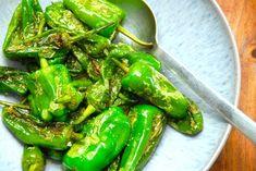 Stegte tapas peber, der oprindeligt hedder pimientos de padrón, er super lækre som hapsere til tapas. De små grønne peberfrugter steges i lidt olie på panden, og de er også gode som tilbehør til retter
