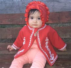 Suman fetita lucrat manual pe stofa rosie cu motive geometrice.