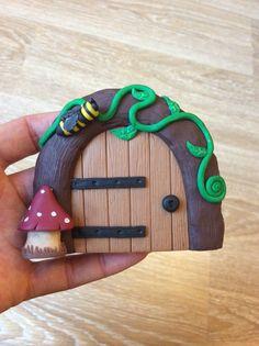 Home sweet gnome fairydoor Porte de fée en pâte fimo par Frederic Braie Frederic, Fairy Doors, Clay Ideas, Fairy Gardens, Clay Projects, Dwarf, Gnomes, Dyi, Sweet Home