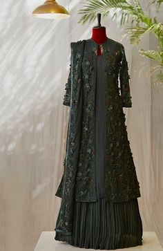 Pakistani Fancy Dresses, Indian Gowns Dresses, Pakistani Dress Design, Pakistani Outfits, Pakistani Bridal, Designer Party Wear Dresses, Indian Designer Outfits, Ethnic Outfits, Indian Outfits