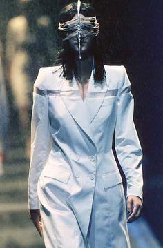 Alexander McQueen Spring 1998 Ready to Wear 2000s Fashion, Runway Fashion, High Fashion, Fashion Brands, Womens Fashion, Timeless Fashion, Vintage Fashion, Vintage Style, Retro Vintage