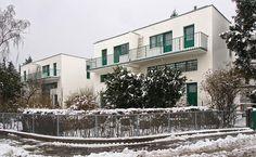 Zlatým hřebem jsou uprostřed sídliště situované domy č. 13, 15, 17 a 19 brněnského rodáka Adolfa Loose navržené ve spolupráci s Heinrichem Kulkou. Podobné stavby tvoří několik brněnských ulic.
