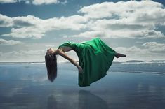 Horoscop paranormal: Puterea magica a zodiei tale Astral Projection, Falling From The Sky, Girl Falling, Levitation Photography, Photography Tips, Magical Images, Out Of Body, Take A Shot, Create Photo