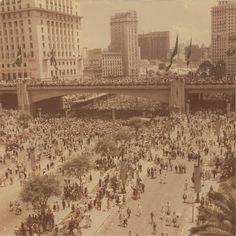 Vista panorâmica do Vale do Anhangabaú, com público participante das comemorações do IV Centenário da Cidade de São Paulo em 25/01/1954 - Autor Não Identificado