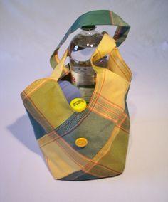 Die Tasche ist doppelt gefertigt. Dadurch ist sie auch sehr stabil.   Die hier gezeigte Größe ist sehr handlich und die eckige Grundform bietet eine s